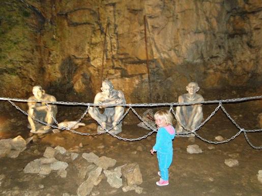 127 Bułgaria z dzieckiem Jaskinia Bacho Kiro