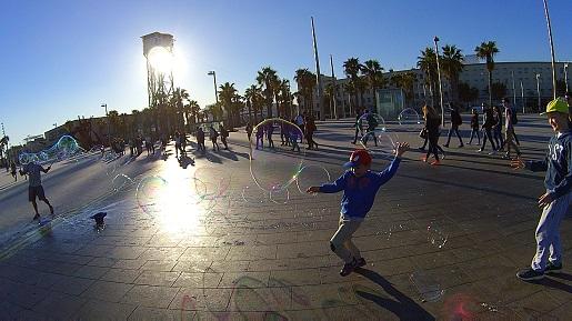 Barcelona bulwar Barceloneta deptak z dzieckiem