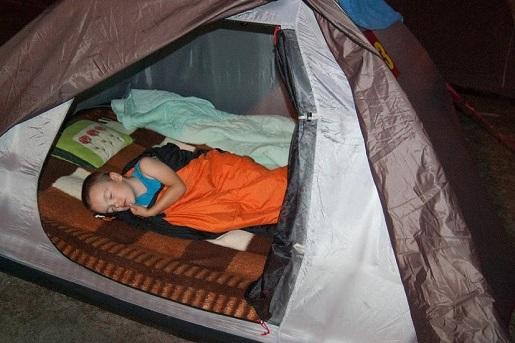 Stegna z dzieckiem w namiocie wakacje
