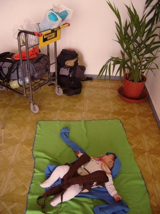 drzemka na lotnisku dziecko