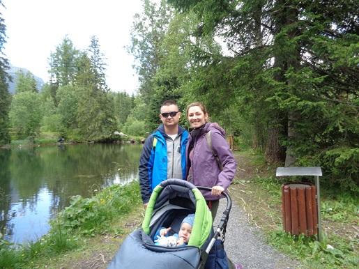 jezioro szczyrbskie z wózkiem i małym dzieckiem