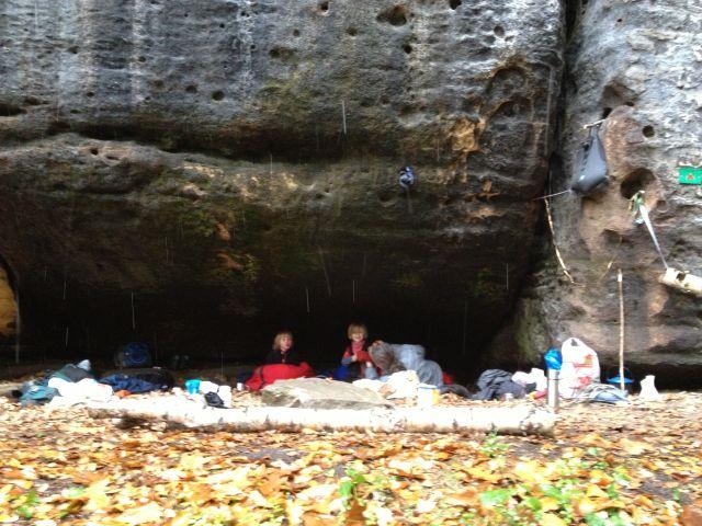 Kemping w jaskini z dziećmi