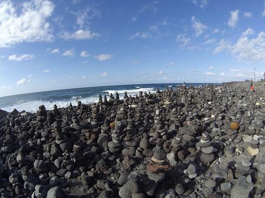 kopce z kamieni Teneryfa - nad morzem - wakacje zimą