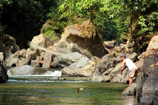 w jungli z dzieckiem Borneo