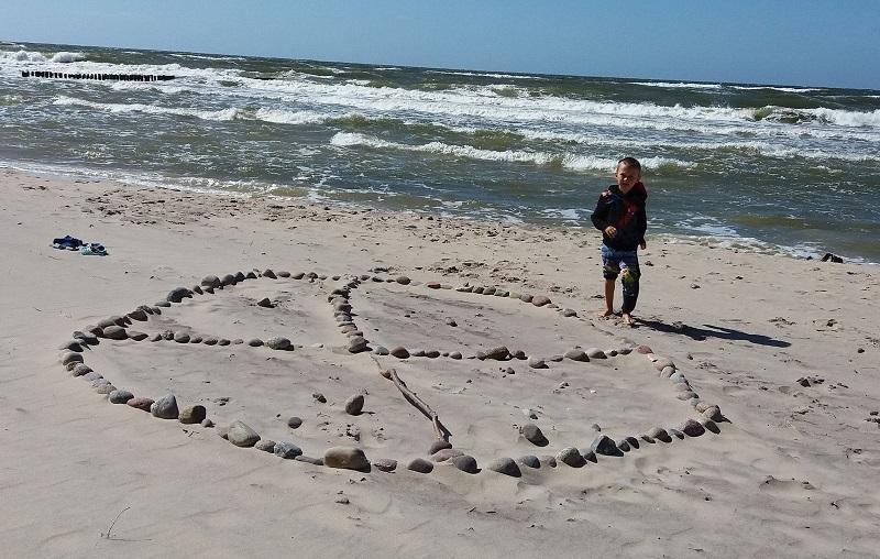 pomysły plażowe zabawy z dzieckiem nad morzem