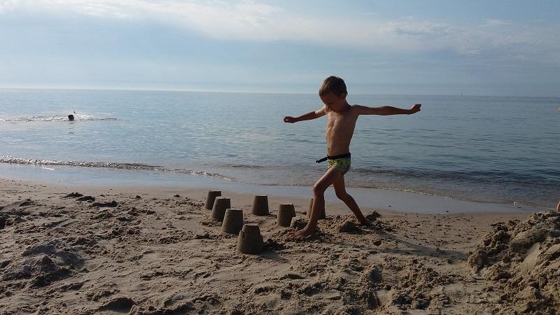 plażowe zabawy z dzieckiem nad morzem