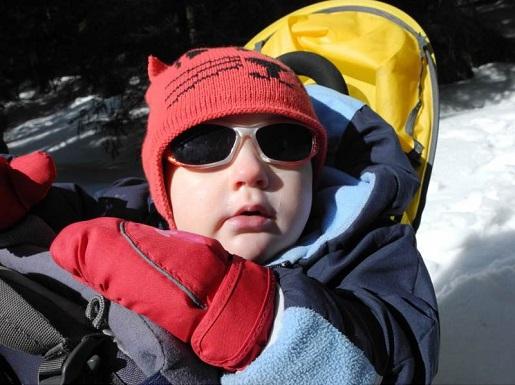 z małym dzieckiem w gory zima