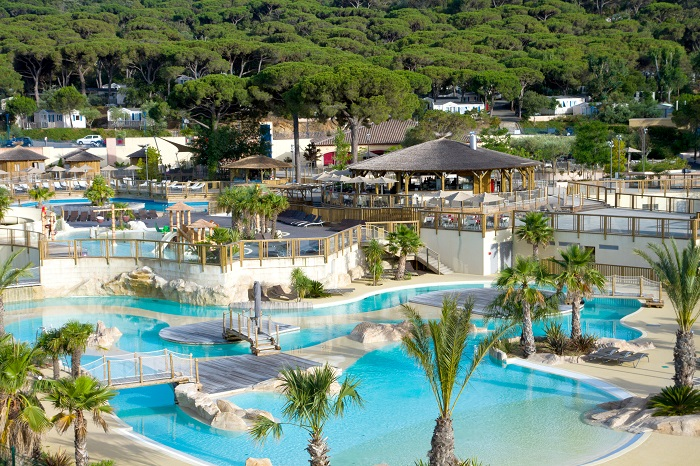najlepsze kempingi z aquaparkiem Francja z basenami dla dzieci