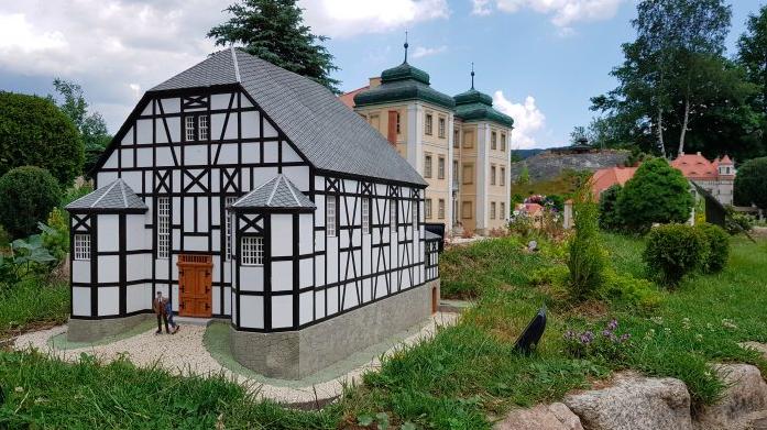 Park Miniatur Zabytków Dolnego Śląska bilety opinie ceny Dom Modlitwy w Łomnicy