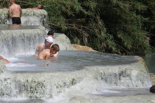 Saturnia wodospad Toskania atrakcje z dziećmi zwiedzanie opinie