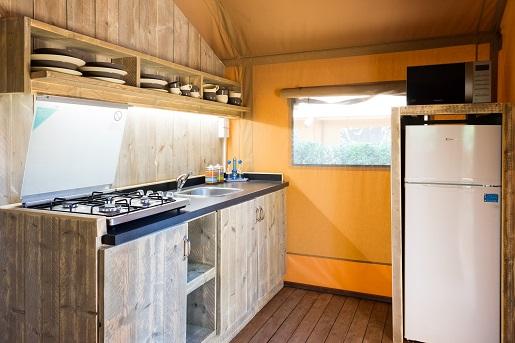 Wnętrze namiotu glampingowego Serengeti, kemping Free Time, Włochy Vacansoleil opinie