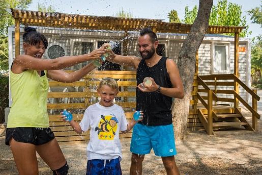 Wojna na balony wodne, kemping Vilanova Park, Hiszpania