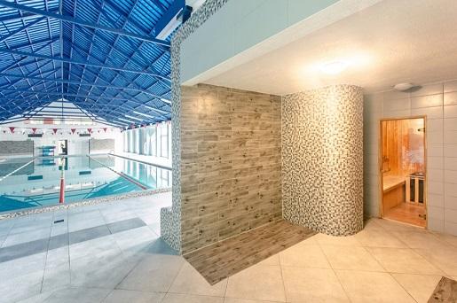 hotel z basenem na mazurach i atrakcjami dla dzieci hala sportowa