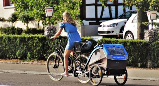 jazda na rowerze przyczepka rowerowa dzieci