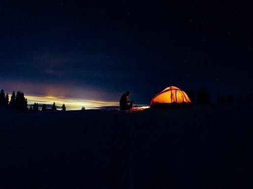 namiot nocleg pod chmurką zanocuj w lesie 2