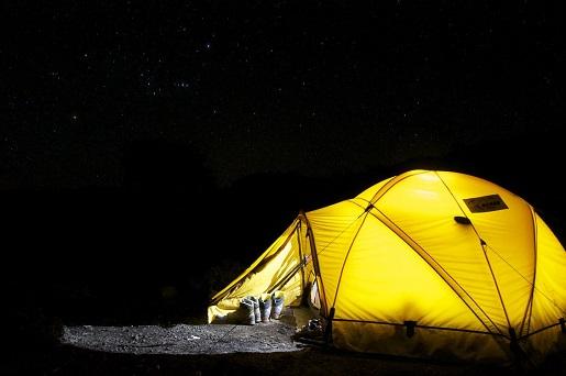 namiot nocleg pod chmurką zanocuj w lesie