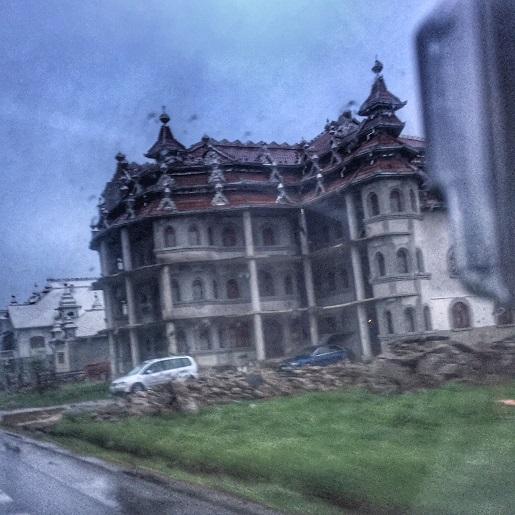 pałace cygańskie w Huedin Rumunia zwiedzanie atrakcje