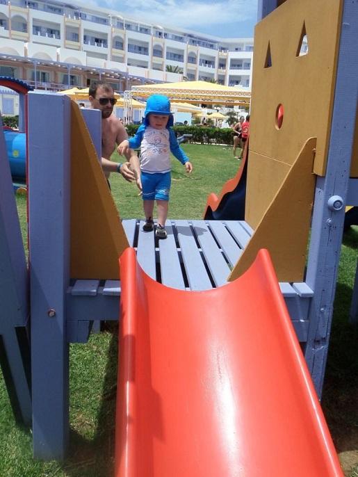 plac zabaw przy hotelu Kreta Grecka wakacje z małym dzieckiem opinie