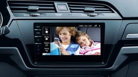 podgląd dzieci z tylnego rzędu siedzeń na ekranie nawigacji Volkswagen