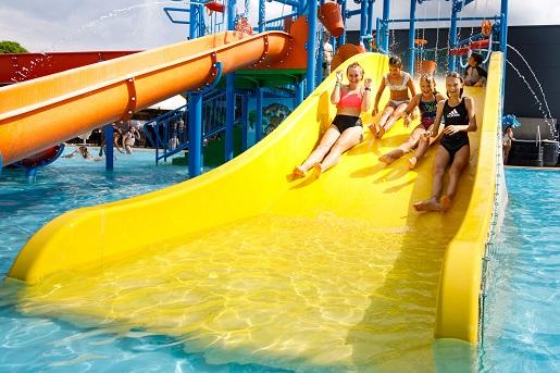 rodzinna zjeżdzalna plac zabaw domki nad morzem z aquaparkiem i atrakcjami dla dzieci holiday golden resort