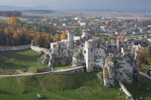 ruiny-zamku-ogrodzieniec-gdzie byl krecony wiedźmin
