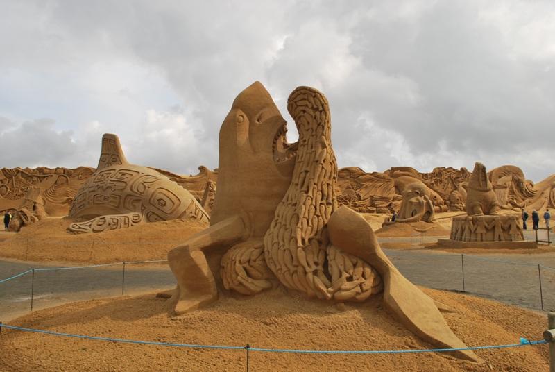 rzeźby z piasku na plaży Dania