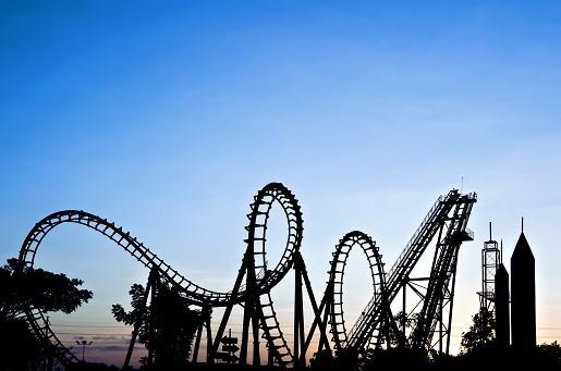 wakacje 2020 koronawiurs atrakcje parki rozrywki maseczki plaże hotele bezpieczeństwo